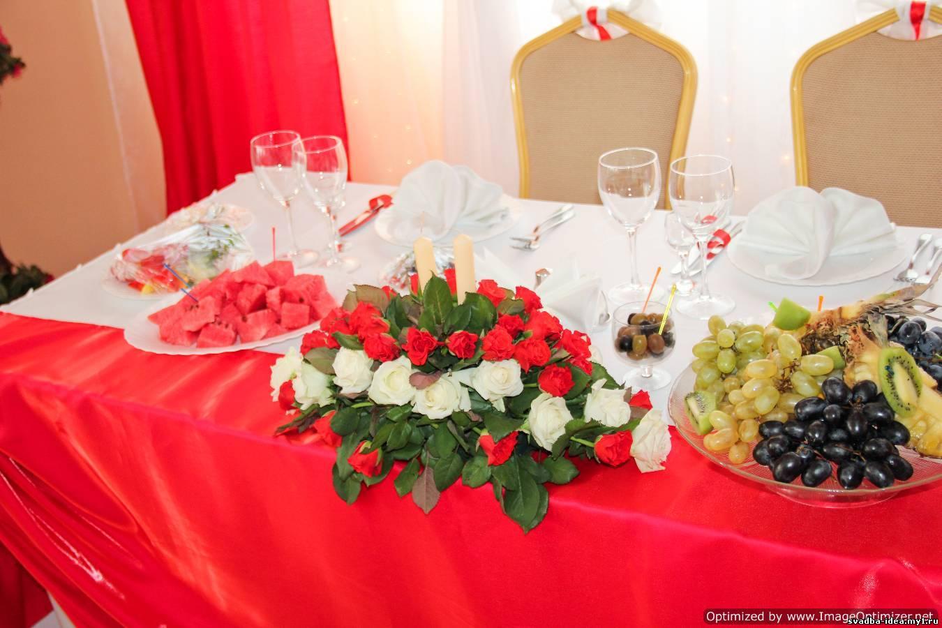 Свадебный стол в красных цветах фото